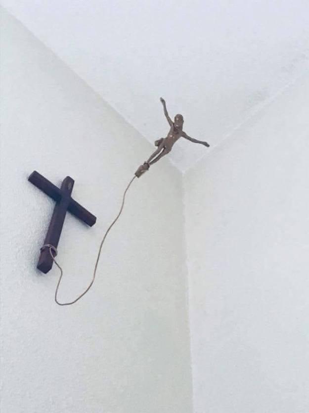 SYMBOLES RELIGIEUX – Il est temps de détacher notre Jésus de sa potence…